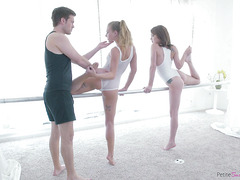 Хлопец трахает худую балерину возле балетного станка во время репетиции - секс порно видео